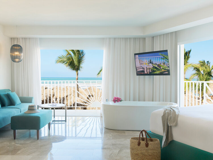 Balcones Dobles en una Excellence Punta Cana Suite con Vista al Mar