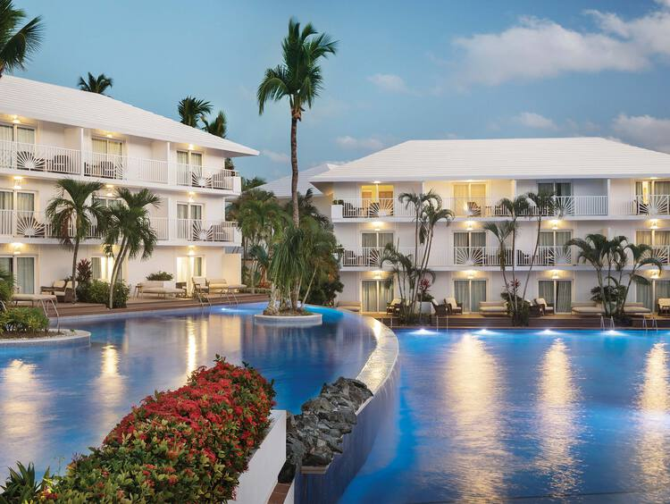 Piscina con Cascada y Swim-Up Suites en Excellence Punta Cana